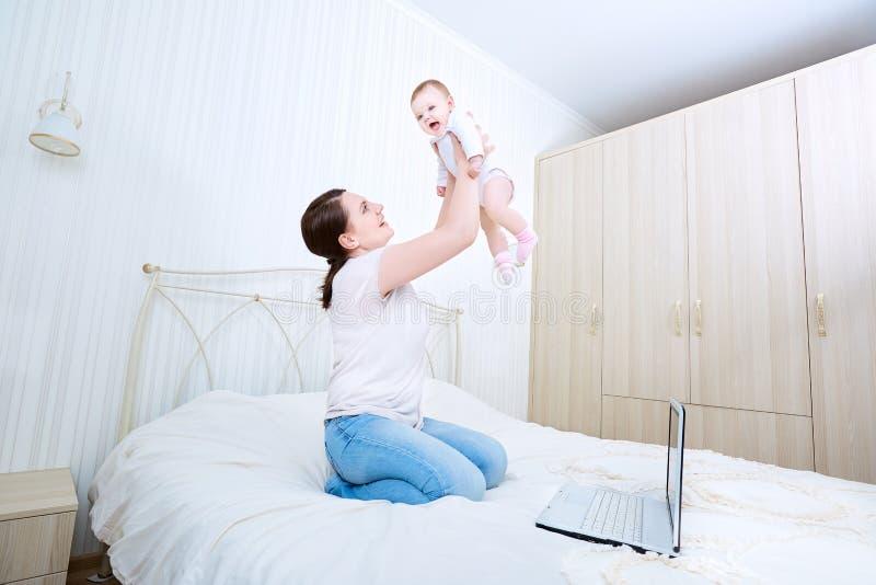 Mère et chéri dans le bâti Enfant et parent ensemble à la maison Jeune m photo stock
