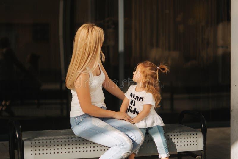 Mère et descendant à l'extérieur dans la ville Jouant et ayant l'amusement Façonnez la fille heureuse de mère et d'enfant ayant l image libre de droits