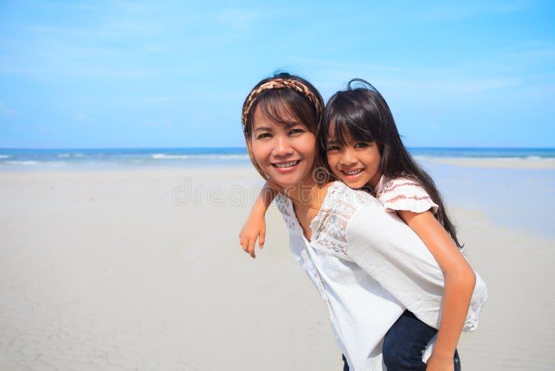 Mère et descendant à la plage photographie stock libre de droits