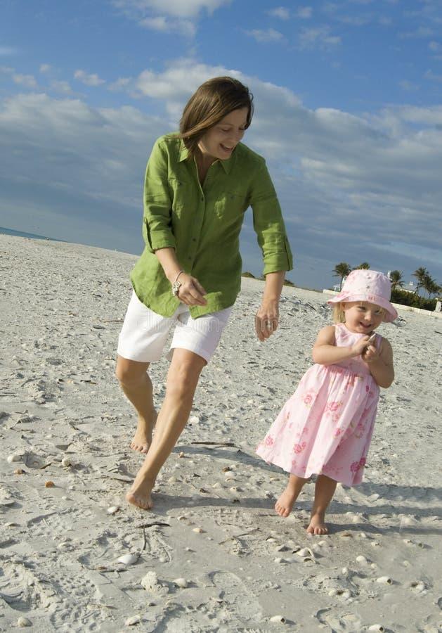 Mère et descendant à la plage images libres de droits