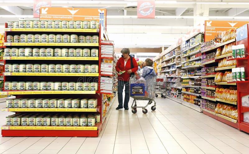 Mère et descendant au supermarché photographie stock