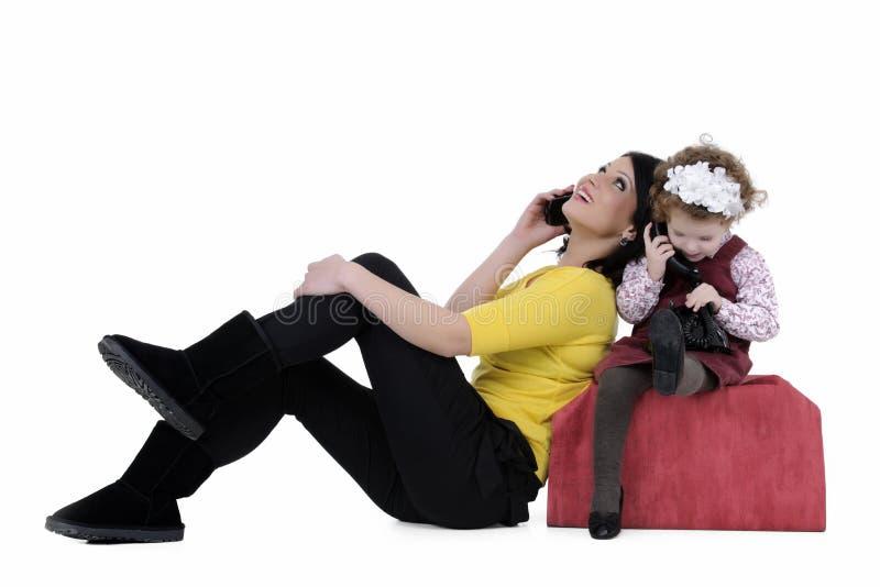 Mère et descendant au téléphone photos libres de droits