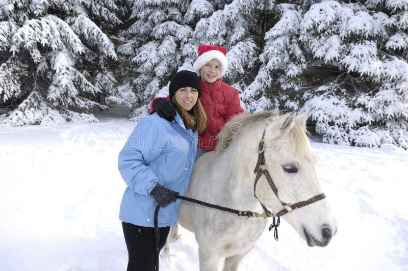 Mère et descendant avec le poney. image libre de droits