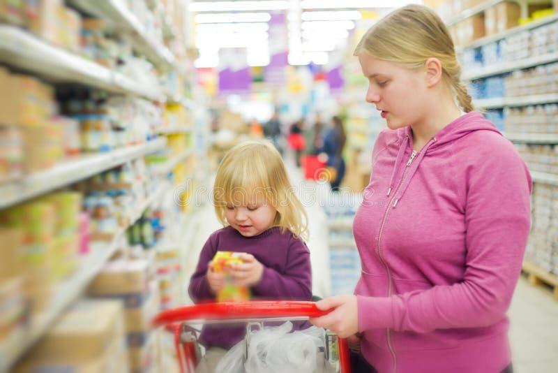 Mère et descendant dans le supermarché image libre de droits