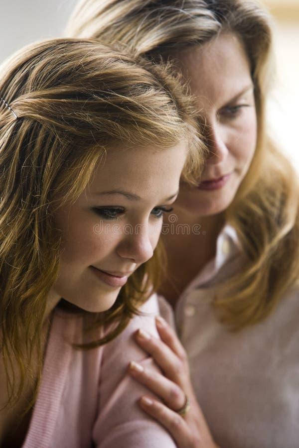 Mère et descendant de l'adolescence photos stock