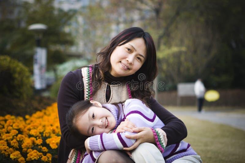 Mère et descendant en stationnement photos stock
