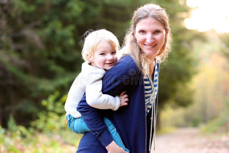 Mère et descendant heureux à l'extérieur photo stock