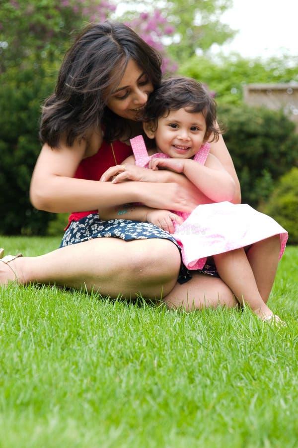 Mère et descendant jouant à l'extérieur photo stock