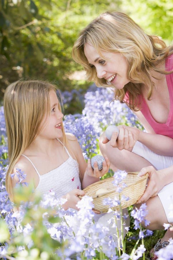 Mère et descendant Pâques recherchant des oeufs