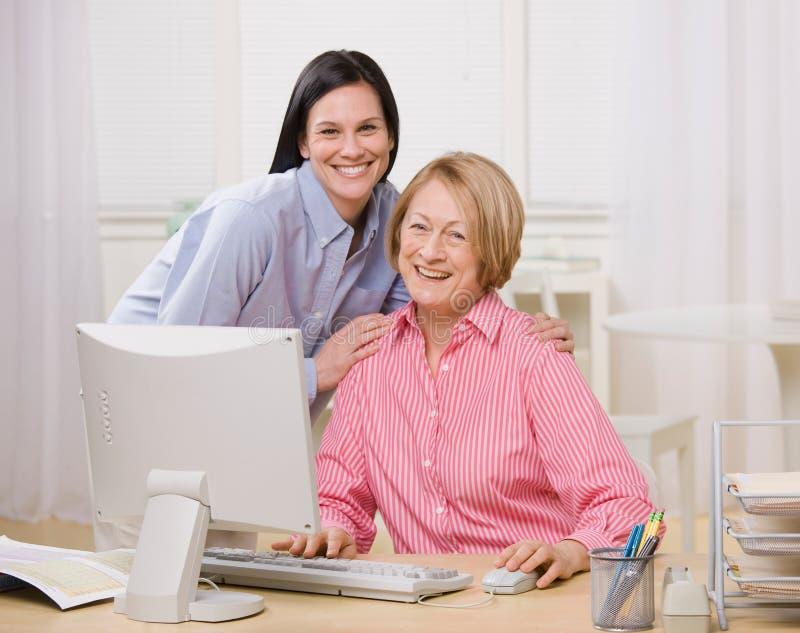 Mère et descendant posant avec l'ordinateur image stock