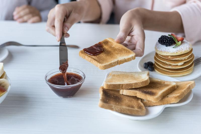 Mère et descendant prenant le petit déjeuner photos libres de droits