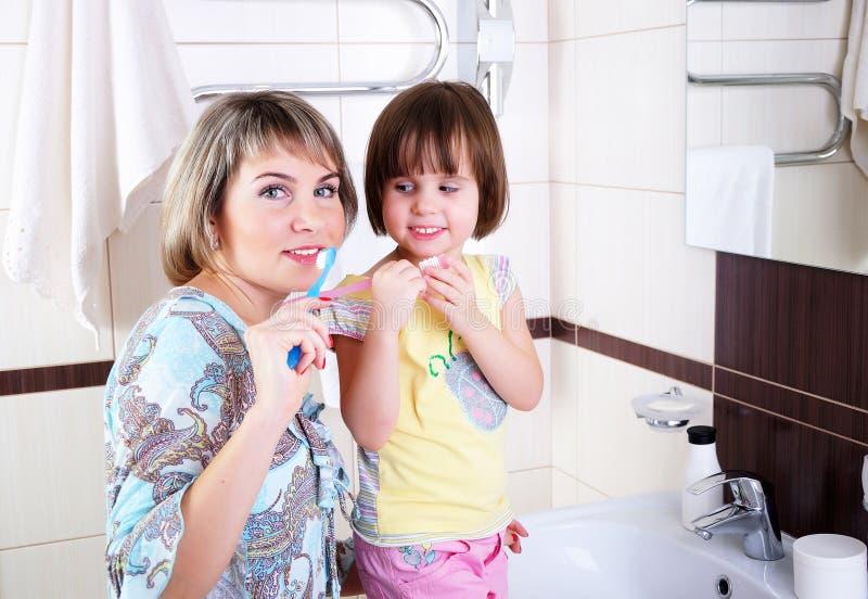 Mère et descendant se brossant les dents images libres de droits