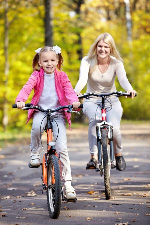 Mère et descendant sur la bicyclette photos libres de droits