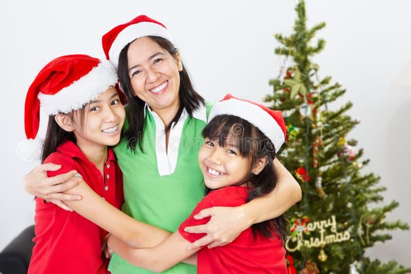 Mère et descendants sur Noël photographie stock