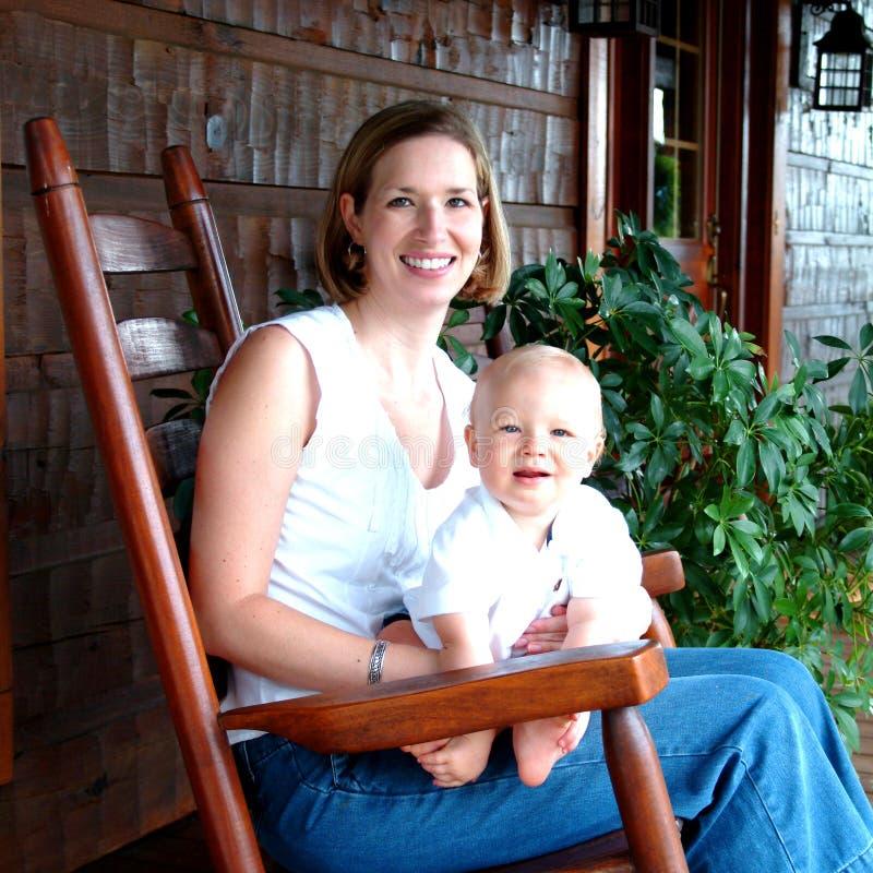 Mère et enfant à la maison photos libres de droits