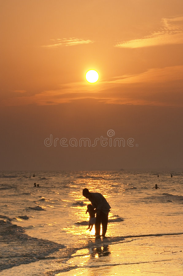 Mère et enfant à la plage photographie stock