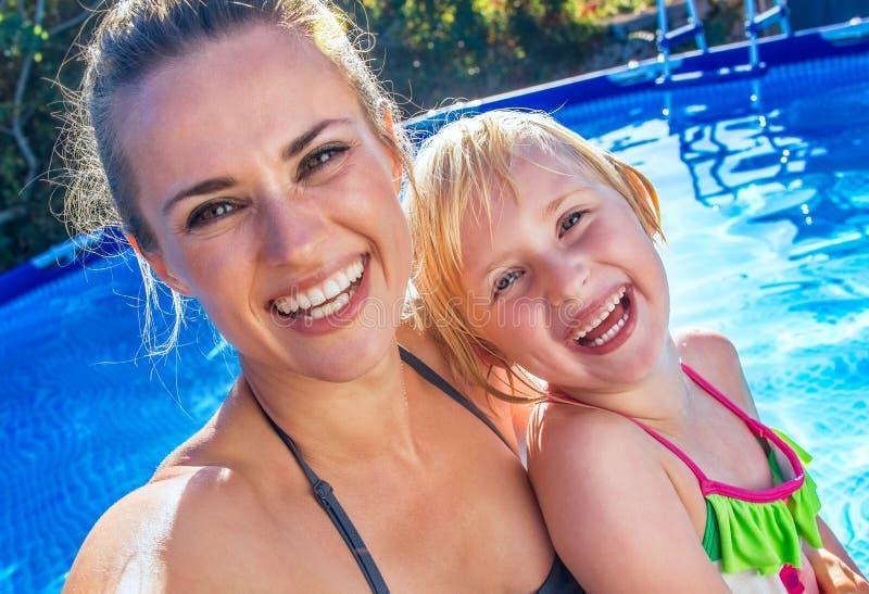 Mère et enfant actifs heureux dans la piscine prenant le selfie image libre de droits
