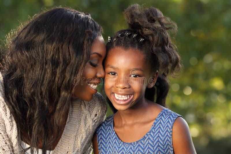 Mère et enfant affectueux images stock
