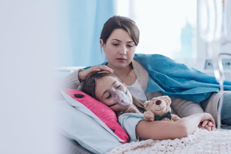 Mère et enfant avec la mucoviscidose image stock