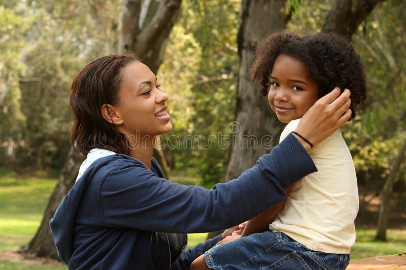 Mère et enfant d'Afro-américain photographie stock libre de droits