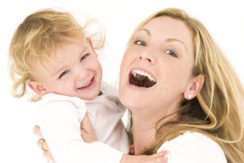 Mère et enfant dans le blanc