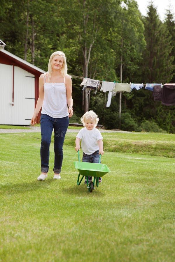 Mère et enfant dans le jardin photo libre de droits