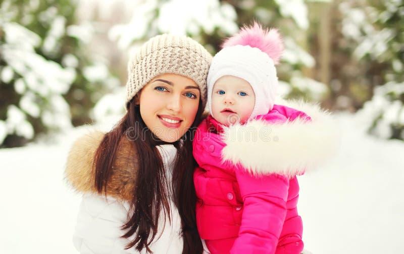 Mère et enfant de sourire heureux de portrait en hiver neigeux image libre de droits