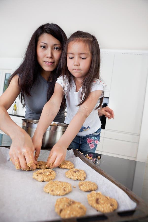 Mère et enfant effectuant des biscuits photographie stock libre de droits