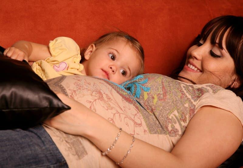 Mère et enfant enceintes images libres de droits