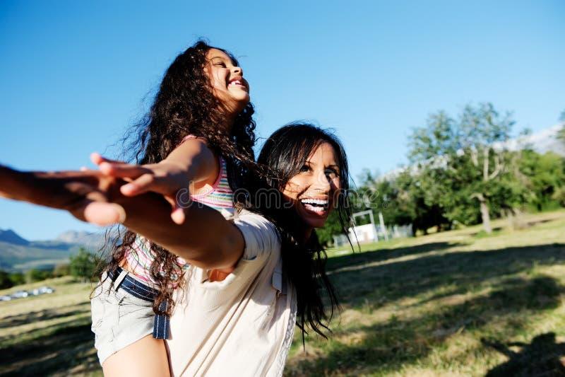 Mère et enfant insousiants au soleil photos stock