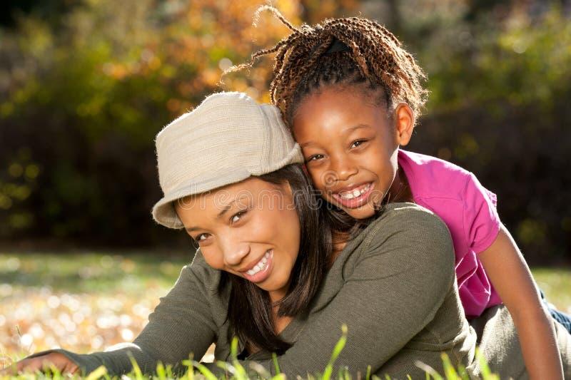 Mère et enfant, jeu heureux en stationnement image libre de droits