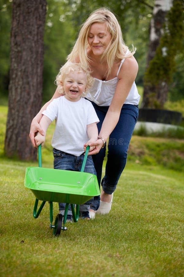 Mère et enfant jouant à l'extérieur image libre de droits