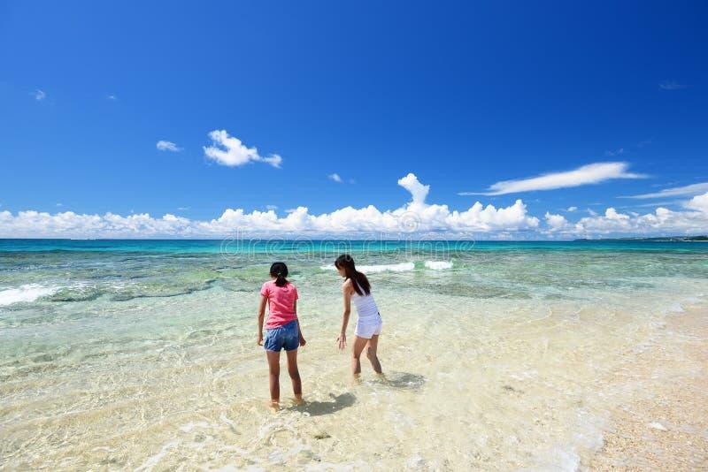 Mère et enfant jouant à la plage photos libres de droits