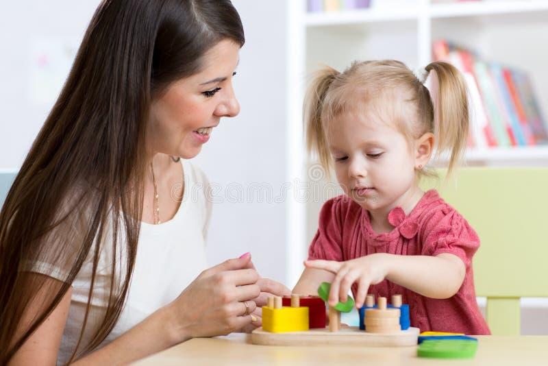 Mère et enfant jouant les jouets logiques à la maison photographie stock libre de droits