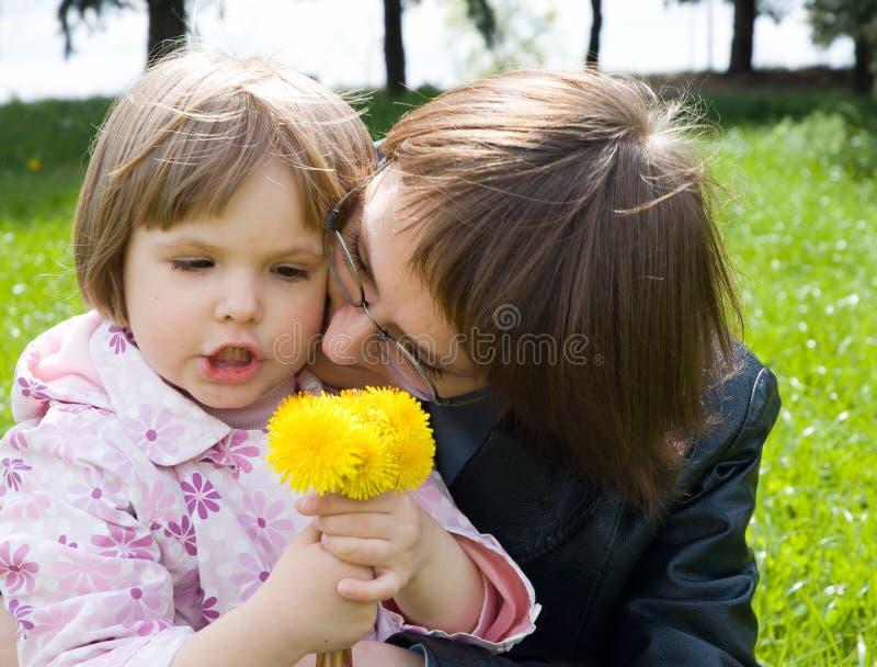 Mère et enfant jouant sur le pré image libre de droits