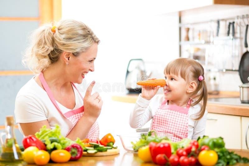 Mère et enfant préparant la nourriture saine photos stock