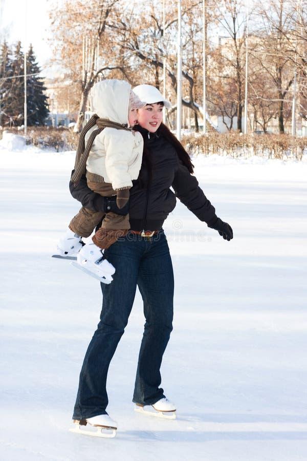 Mère et enfant sur la patinoire images libres de droits