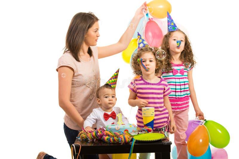 Mère et enfants à la fête d'anniversaire images libres de droits