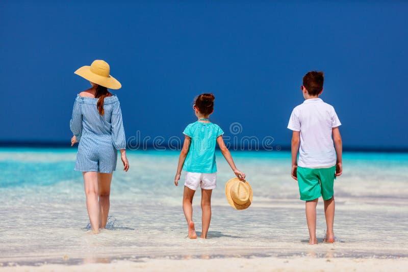 Mère et enfants à la plage tropicale image stock