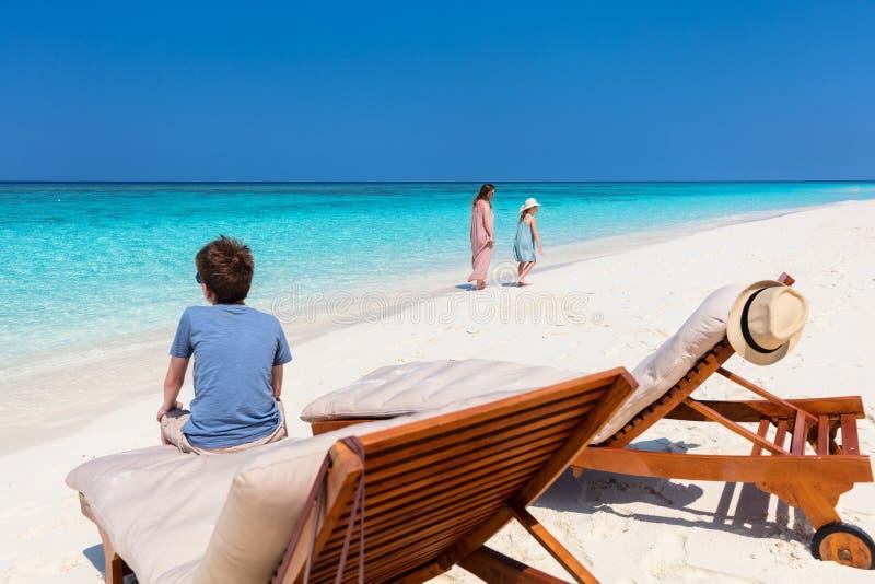 Mère et enfants à la plage tropicale images stock