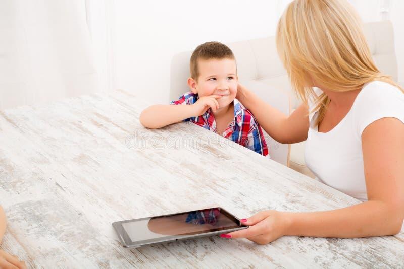 Mère et enfants avec une tablette image libre de droits