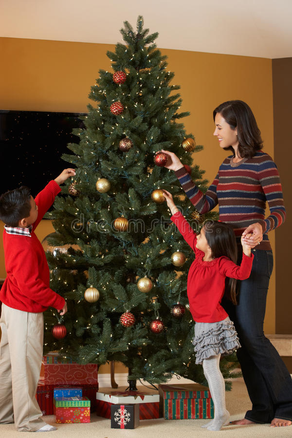 Mère et enfants décorant l'arbre de Noël image stock