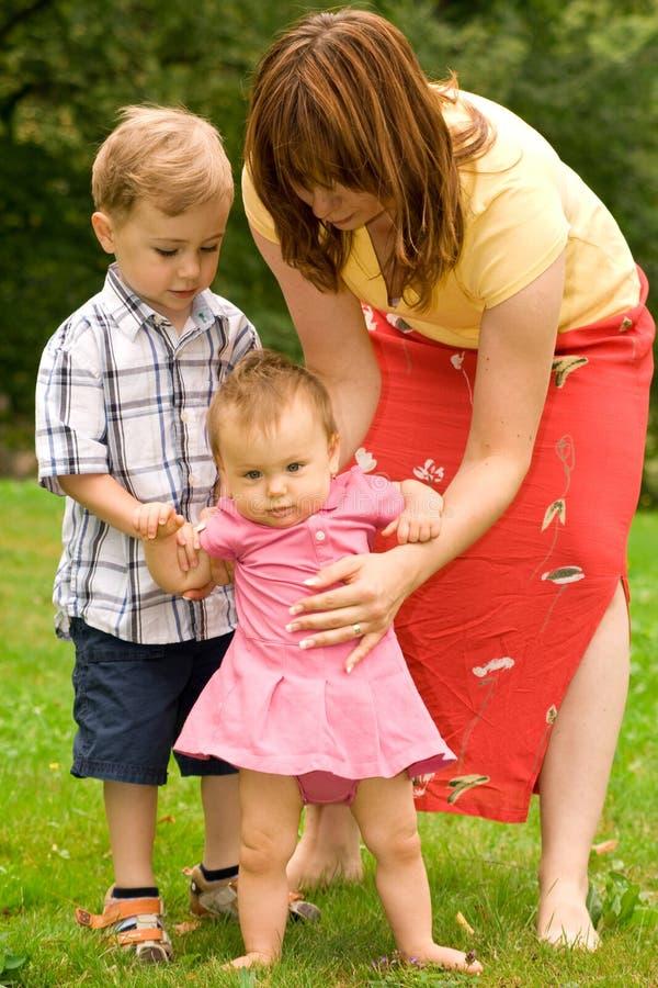 Mère et enfants dans le jardin image stock