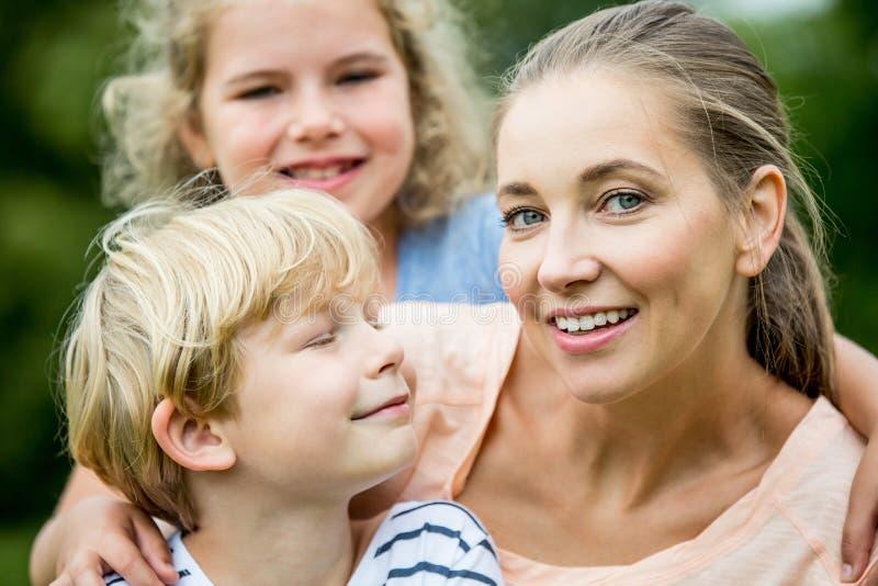 Mère et enfants heureux images stock