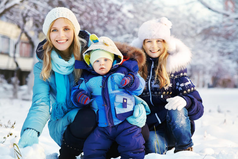 Mère et enfants heureux en parc d'hiver photographie stock libre de droits