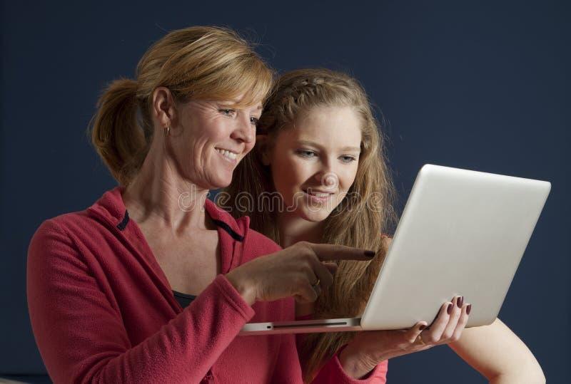 Mère et fille à l'aide d'un ordinateur portable image libre de droits