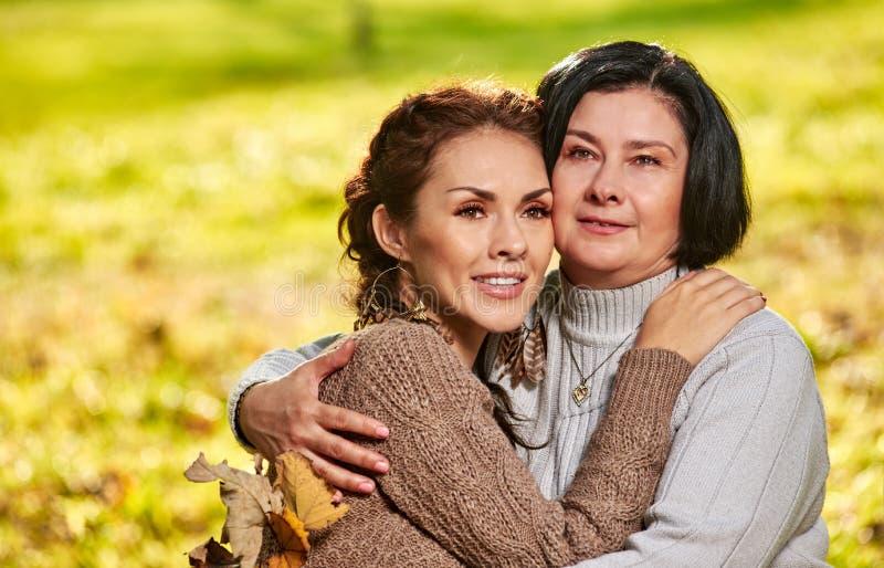 Mère et fille étreignant le portrait images stock