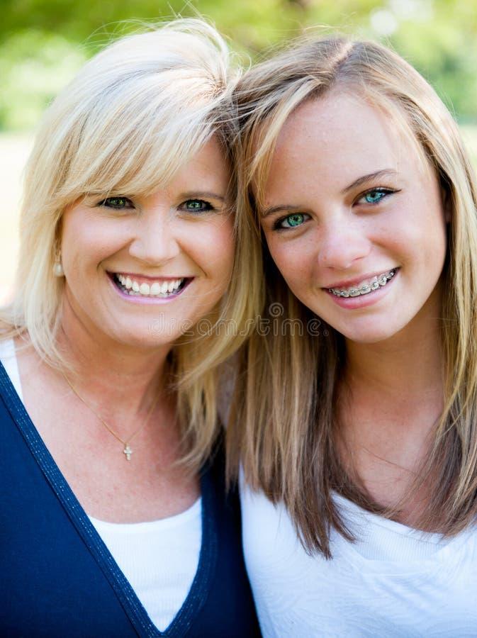 Mère et fille adolescente photo stock