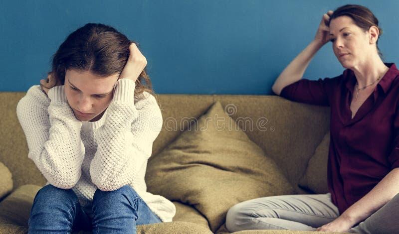 Mère et fille adolescente ayant un argument photographie stock libre de droits