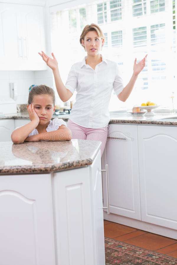 Mère et fille après un argument photo libre de droits